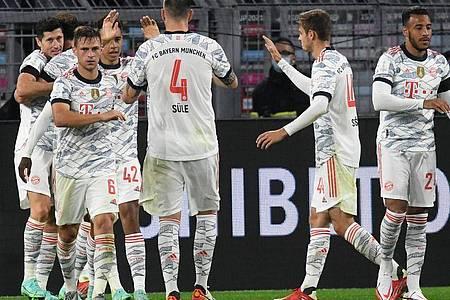 Doch Robert Lewandowski (l) beendete mit seinem zweiten Treffer des Abends jegliche Zweifel am Bayern-Erfolg. Foto: Bernd Thissen/dpa