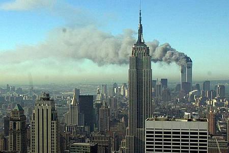 Ein Bild, das die Welt nicht vergisst: Rauchschwaden ziehen über die Skyline von New York City, nachdem zwei entführte Flugzeuge in die Zwillingstürme des World Trade Centers geflogen waren. Foto: Patrick Sison/AP/dpa