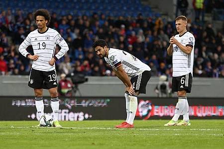 Die deutschen Nationalspieler um Leroy Sané, Ilkay Gündogan und Joshua Kimmich (l-r) mussten auf der Rückreise einen Stopp einlegen. Foto: Christian Charisius/dpa