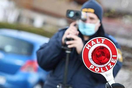 Polizisten blitzen in Farchant Autofahrer, die mit überhöhter Geschwindigkeit unterwegs sind. Foto: Angelika Warmuth/dpa