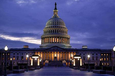 Der Führer der Republikaner im Senat hat den Demokraten ein neues Angebot zur kurzfristigen Verlängerung der Schuldenobergrenze gemacht. Foto: J. Scott Applewhite/AP/dpa