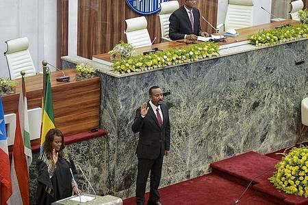 Äthiopiens Minsterpräsident Abiy Ahmed (M) wurde für eine zweite Amtszeit vereidigt. Foto: Uncredited/AP/dpa