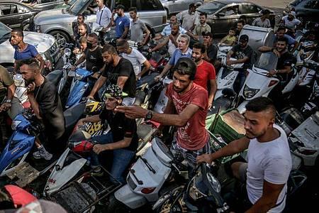 Vor Tankstellen imLibanon bilden sich wegen der Treibstoffengpässe regelmäßig lange Schlangen. Foto: Marwan Naamani/dpa
