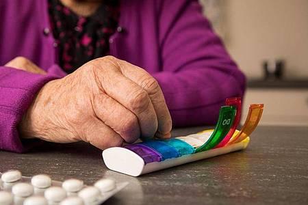 Pillenspender sind ein gutes Hilfsmittel, um mit Medikamenten nicht durcheinander zu kommen und sie immer zur richtigen Zeit zu nehmen. Foto: Christin Klose/dpa-tmn