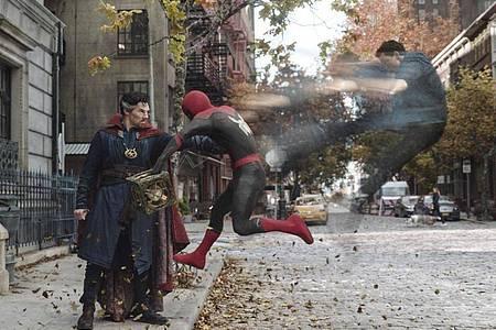 Benedict Cumberbatch als Doctor Strange (l) und Tom Holland als Peter Parker/Spider-Man in einer Szene aus «Spider-Man: No Way Home». Foto: Courtesy Of Sony Pictures/2021 MARVEL/dpa
