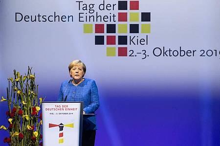 Bundeskanzlerin Angela Merkel (CDU) spricht beimFestakt zum Tag der Deutschen Einheit in Kiel 2019. In diesem Jahr steht der zentrale Festakt in Halle (Saale) erneut im Zeichen der Corona-Pandemie. Foto: Christian Charisius/dpa