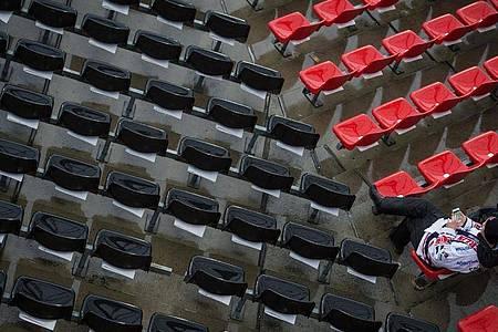 Beim Fußball-Länderspiel Deutschland gegen Italien bleiben die Zuschauerränge im Nürnberger Stadion leer. Foto: David-Wolfgang Ebener/dpa