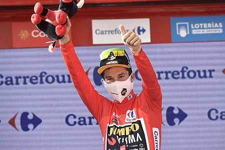 Primoz Roglic im Roten Trikot des Vuelta-Gesamtführenden. Foto: Alvaro Barrientos/AP/dpa