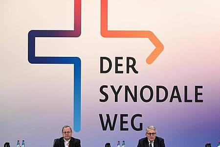 Thomas Sternberg (r), Präsident des Zentralkomitees der deutschen Katholiken, und Georg Bätzing, Vorsitzender der Deutschen Bischofskonferenz, bei der Zweiten Synodalversammlung. Foto: Arne Dedert/dpa