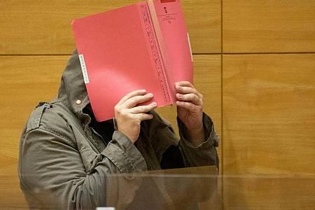 Ein angeklagter Arzt kommt in einen Sitzungssaal des Landgerichts. Foto: Friso Gentsch/dpa