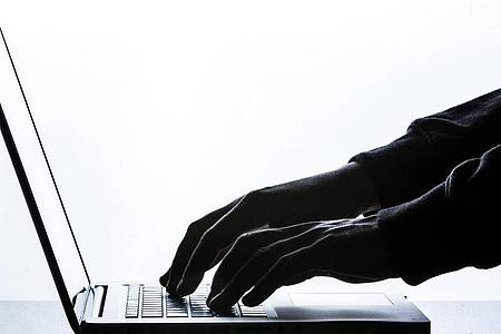 Nicht nur die Zahl der Attacken steigt, laut Rückversicherer Munich Re erpressen Cyberkriminelle auch immer höhere Geldsummen. Foto: Silas Stein/dpa/Illustration