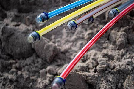 Im Streit über denGlasfaserausbau im NordwestenDeutschlands müssen der Regionalanbieter EWE und die Deutsche Telekom einenRückschlag hinnehmen. Foto: Sina Schuldt/dpa