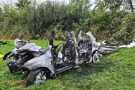 Das ausgebrannte Wrack des Wagens, in dem drei junge Menschen ihr Leben verloren. Foto: Karsten Schröder/Westküsten-News /dpa