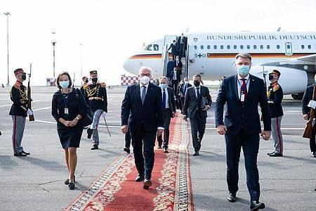 Bundespräsident Frank-Walter Steinmeier bei seiner Ankunft auf dem Chisinau International Airport. Foto: Bernd von Jutrczenka/dpa