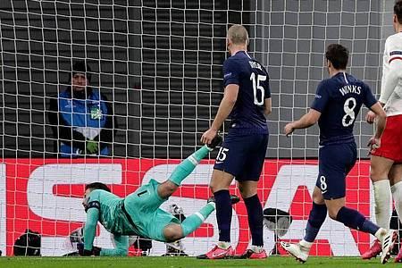 Auch beim Sabitzers 2:0 war Tottenham Keeper Hugo Lloris (l) machtlos. Foto: Michael Sohn/AP/dpa