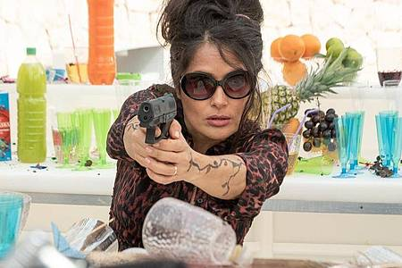 "Salma Hayek als Killerin Sonia Kincaid in einer Szene des Films ""Killer`s Bodyguard 2"". Foto: David Appleby/Telepool/dpa"