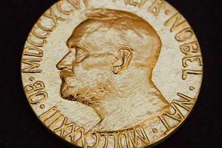Soe sieht die Vorderseite der Medaille des Friedensnobelpreises aus. Foto: Berit Roald/SCANPIX NORWAY/dpa