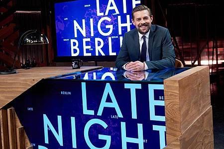 """Klaas Heufer-Umlauf sitzt in der Kulisse seiner Late Night Show """"Late Night Berlin"""" am Schreibtisch. Foto: Annette Riedl/dpa"""