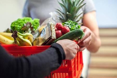 Nachbarschaftsdienste wie Einkaufshilfe oder Weitergabe benötigter Dinge haben bei Ebay Kleinanzeigen nun eine eigene Rubrik. Foto: Christin Klose/dpa-tmn