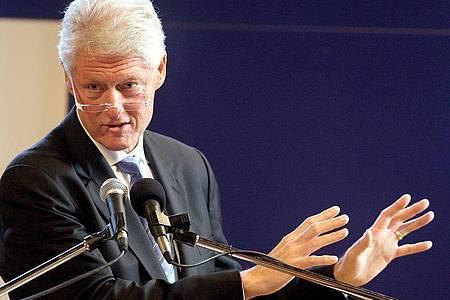 Bill Clinton bei einer Rede an der University of Ulster in Großbritannien. Der ehemalige US-Präsident ist in einKrankenhaus eingeliefert worden. Foto: Paul Faith/epa/dpa