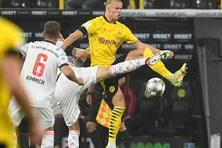 Es war eine umkämpfte Partie - hier versucht Bayerns Niklas Süle (verdeckt) den Ball von Dortmunds Erling Haaland (r) zu erobern. Foto: Bernd Thissen/dpa