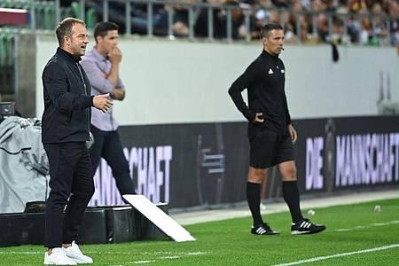 Bundestrainer Hansi Flick (l) coachte aktiv an der Seitenlinie. Foto: Sven Hoppe/dpa