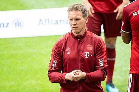 Bayern-Trainer Julian Nagelsmann beobachtet das Training seiner Mannschaft. Foto: Matthias Balk/dpa