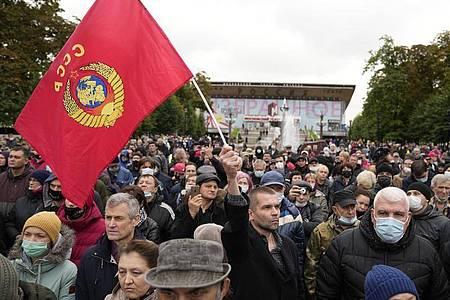 Protest gegen die Ergebnisse der Parlamentswahl in der vergangenen Woche in Moskau. Foto: Pavel Golovkin/AP/dpa