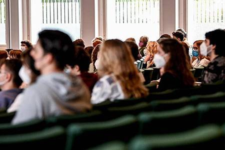 Studenten im Audimax der Freien Universität Berlin. Foto: Britta Pedersen/dpa-Zentralbild/dpa