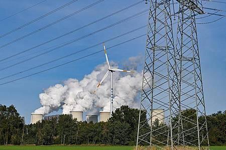 Wasserdampf steigt aus den Kühltürmen des Braunkohlekraftwerks Jänschwalde der Lausitz Energie Bergbau AG (LEAG). (Archivbild). Foto: Patrick Pleul/dpa-Zentralbild/dpa