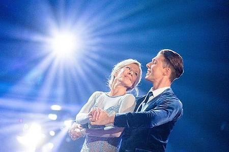 """Ulrike von der Groeben und Valentin Lusin scheiden bei """"Let`s Dance aus. Foto: Rolf Vennenbernd/dpa"""