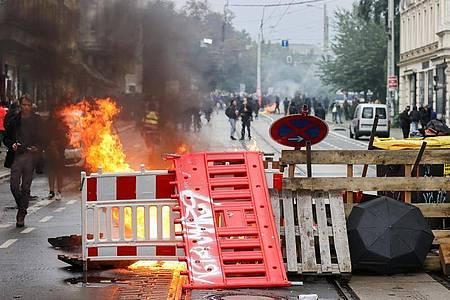 Eine Barrikade brennt in Leipzig. Nach Ende einer linken Demonstration war es zu Ausschreitungen gekommen. Foto: Jan Woitas/dpa-Zentralbild/dpa