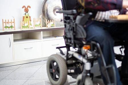 Die meisten Pflegebedürftigen werden daheim betreut. Foto: Jonas Güttler/dpa/Symbolbild