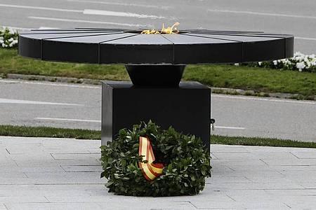 Vor dem Cibeles-Palast in Madrid ist einDenkmal mit einer ewigen Flamme und der Widmung «In unserem Herzen wird Eure Flamme niemals erlöschen» den Opfern der Corona-Pandemie gewidmet. Foto: Josefina Blanco/Europapress/dpa