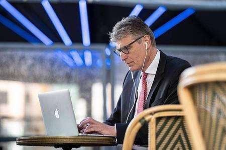 Investmentbanker wie Thorsten Müller bilden klassischerweise die Schnittstelle zwischen Bank und Kunden. Foto: Frank Rumpenhorst/dpa-tmn