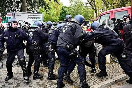 Polizisten nehmen einen Demonstranten am Rande der Räumungsaktion in Berlin-Mitte fest. Foto: Fabian Sommer/dpa
