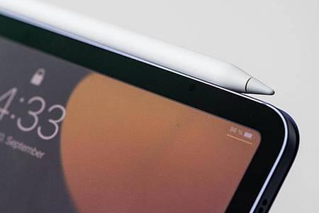 Der Apple Pencil kann einfach magnetisch am neuen iPad mini angedockt werden. Foto: Franziska Gabbert/dpa-tmn