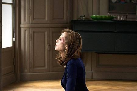 """Michele Leblanc (Isabelle Huppert), die knallharte Geschäftsfrau, die gleich zu Beginn des Films von einem maskierten Mann in ihrem Haus brutal vergewaltigt wird in einer Szene des Films """"Elle"""". Foto: Wdr/Mfa+ Filmdistribution/3sat/dpa"""
