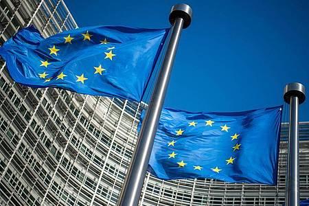 Flaggen der Europäischen Union wehen im Wind vor dem Berlaymont-Gebäude, dem Sitz der Europäischen Kommission. Foto: Arne Immanuel Bänsch/dpa