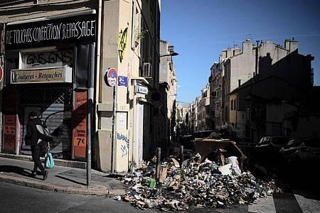 Ein Haufen verbrannter Abfälle in Marseille. Foto: Daniel Cole/AP/dpa