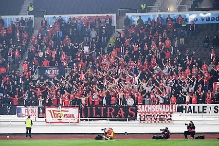 Fans von Union feuern ihr Team an. Wer mit dem Auto anreiste musste knapp 1600 Kilometer von Köpenick bis nach Helsinki bewältigen. Foto: Matthias Koch/dpa