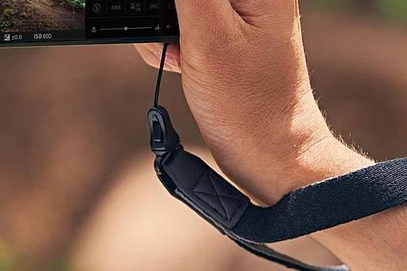 Von wegen Herrenhandtasche: Wer 1.799 Euro für das Sony Xperia Pro-I ausgegeben hat, wird die Rahmenöse samt Sicherheitshandschlaufe tunlichst nutzen. Foto: Sony/dpa-tmn
