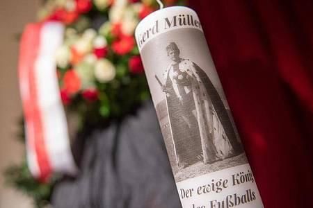 «Gerd Müller. Der ewige König des Fußballs», steht auf einer Kerze im Stadtsaal Klösterle in Nördlingen. Foto: Stefan Puchner/dpa