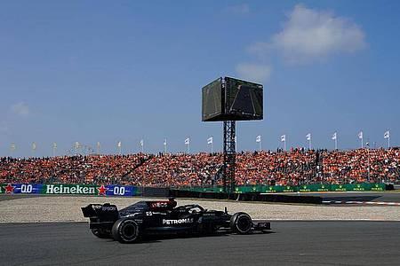 Die Panne von Lewis Hamilton führte zu Jubel bei den Verstappen-Fans. Foto: Hasan Bratic/dpa