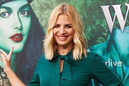 """Susan Sideropoulos, Schauspielerin, kommt zur Premiere des Musicals """"Wicked? im Stage Theater Neue Flora. Foto: Georg Wendt/dpa"""