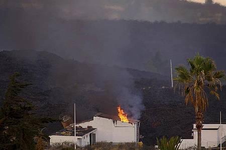 Ein Haus auf La Palma ist durch einen Lavastrom in Brand geraten. Foto: Daniel Roca/AP/dpa