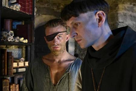 Narziss (Sabin Tambrea, r) und Goldmund(Jannis Niewöhner) verbindet eine tiefe Freundschaft. Foto: -/Sony Pictures /dpa