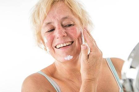 Reifere Haut braucht eine Pflege, welche den Feuchtigkeitsgehalt verbessert. Cremes mit Hyaluronsäure, Liposomen oder Vitaminen können dabei die Zelltätigkeit stimulieren und Depots wieder auffüllen. Foto: Christin Klose/dpa-tmn
