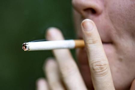 Eine Frau zieht an einer Zigarette. (Archivbild). Foto: Fabian Sommer/dpa