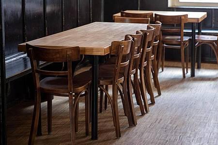 Leere Stühle und Tische in einem Lokal. Die Coronakrise wird massive wirtschaftliche Auswirkungen haben. Foto: Daniel Karmann/dpa
